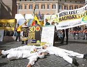 Protesta antinucleare  a Montecitorio (LaPresse)
