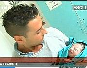 Il neo-papà con il figlioletto (frame da tv)
