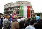 Aspettando il tricolore - Roma aspetta il tricolore, e magari una bandiera come quella (foto Eidon) che nel 2006 venne esposta al Colosseo in occasione della festa della Repubblica: la Capitale attende, dunque, il tricolore che il sindaco di Roma, Gianni Alemanno riceverà dal presidente della Repubblica durante la cerimonia di apertura delle celebrazioni nazionali per il 150° dell'Unità d'Italia, in corso a Reggio Emilia nel giorno del 214° anniversario del primo Tricolore. La bandiera che il sindaco riporterà a Roma è una copia del Primo Tricolore, consegnata anche ai sindaci di Torino e Firenze