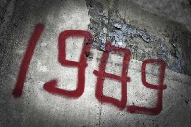 Una scritta sui muri di Pizza dell'Università ricorda gli scontri del dicembre 1989