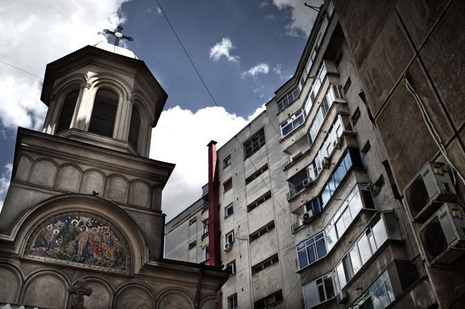 """Per far posto al """"Boulevard della Vittoria Socialista"""", o alle varie """"Case del Popolo"""" Ceauşescu condusse una politica urbanistica che cambiò i connotati a città e villaggi. Numerosi abitanti spogliati della casa di famiglia si suicidarono davanti alla violenza cieca dei bulldozer in azione"""