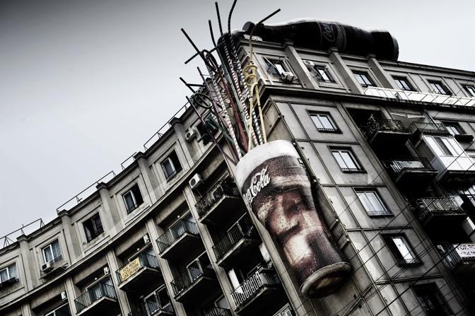 La Coca Cola, simbolo del capitalismo, conquista la vetta dei palazzi di stampo sovietico