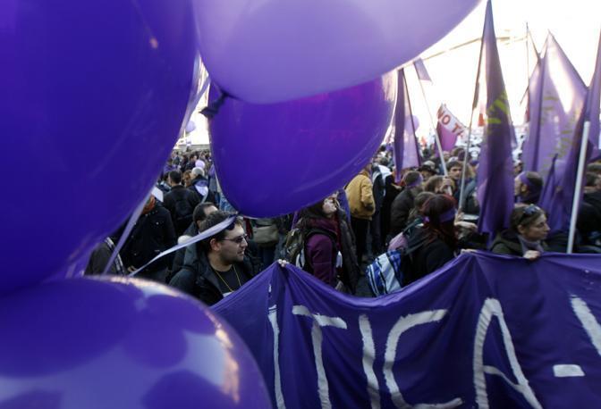 I manifestanti del No B Day in Pizza della Repubblica (Ansa)