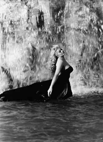 La dolce vita - Bagno nella fontana di trevi ...