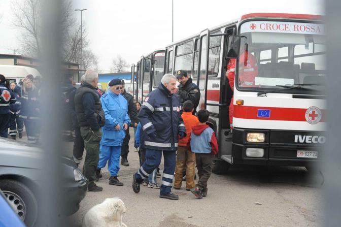 Rivolta al campo rom: in via Salone i nomadi bloccano il trasferimento di 120 persone, poi intorno alle 13 l'accordo. Nella foto i mezzi della Croce Rossa (foto Mario Proto)