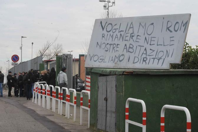 Rivolta al campo rom: in via Salone i nomadi bloccano il trasferimento di 120 persone, poi intorno alle 13 l'accordo. Un Cartello contesta il trasloco forzato a Castelnuovo di Porto (foto Mario Proto)