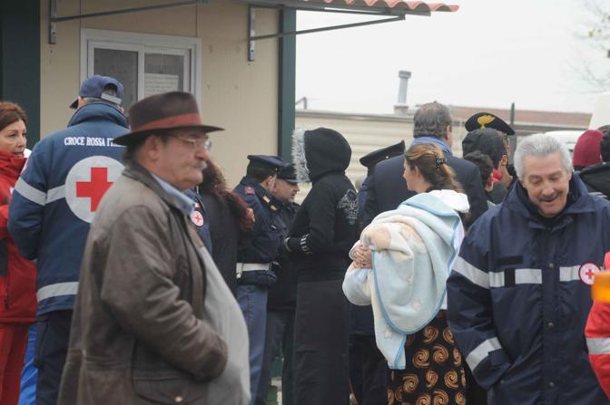 Rivolta al campo rom: in via Salone i nomadi bloccano il trasferimento di 120 persone, poi intorno alle 13 l'accordo (foto Mario Proto)