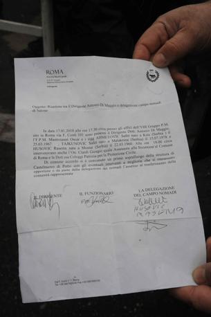 Rivolta al campo rom: in via Salone i nomadi bloccano il trasferimento di 120 persone, poi intorno alle 13 l'accordo. La circolare del Campidoglio in cui si annuncia un'ispezione congiunta di delegati  del sindaco e rom al campo per rifugiati di Castelnuovo di Porto (foto Mario Proto)