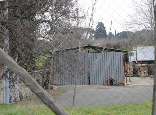 Cemento sul Parco dell'Appia Antica: un capanno illegale segnalato dall'Ufficio regionale per la lorra all'abusivismo edilizio (foto Mario Proto)