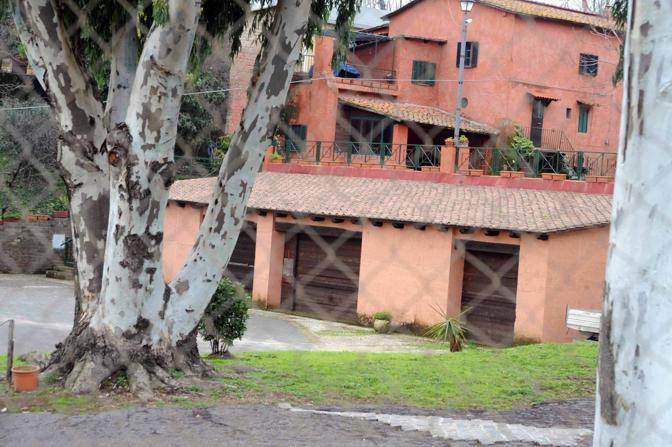Cemento sul Parco dell'Appia Antica: parte di questa villa sull'Ardeatina sarebbe, secondo l'Ufficio regionale anti abusivismo, priva dei permessi edili (foto Mario Proto)