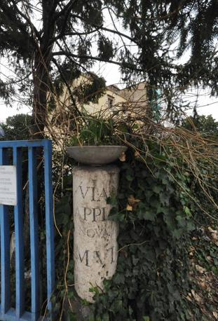 emento sul Parco dell'Appia Antica: il cancello di una palazzina abusiva nell'area protetta (foto Mario Proto)