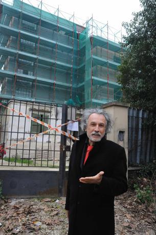 emento sul Parco dell'Appia Antica: il geometra Massimo Miglio dell'Ufficio regionale anti abusivismo durante l'ispezione ad una palazzina costruita illegalmente (foto Mario Proto)