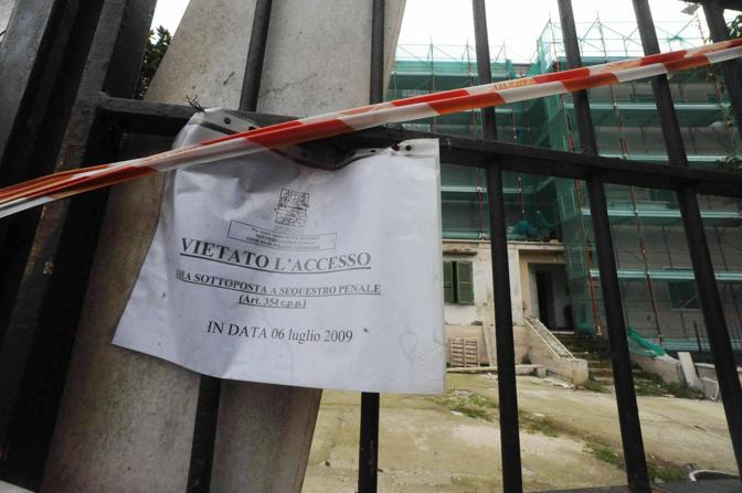 emento sul Parco dell'Appia Antica: una palazzina abusiva; i lavori sono bloccati dal luglio 2009 ma non si riesce a procedere all'abbattimento a causa delle pratiche di condono giacenti (foto Proto)