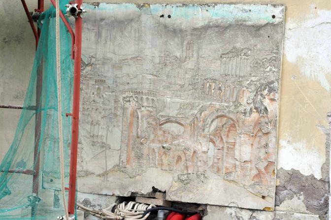emento sul Parco dell'Appia Antica: una palazzina abusiva; i lavori sono bloccati ma non si riesce a procedere all'abbattimento a causa delle pratiche di condono giacenti (foto Mario Proto)