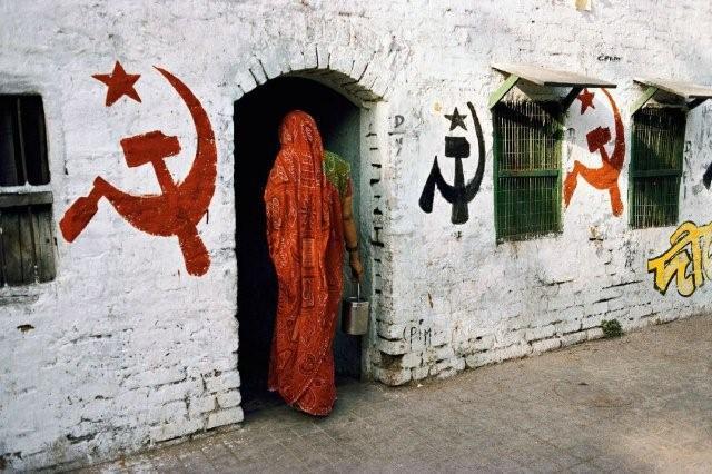 STEVE McCURRY. «L'ideologia».Simboli marxisti campeggiano sui muri della fortezza di Udaipur, in Rajasthan, India