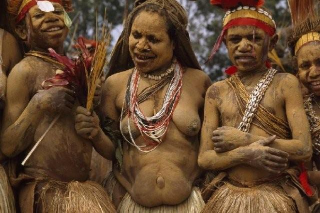 JODI COBB «La tradizione». Alcune danzatrici dai corpi dipinti durante la festa tribale del Sing-Sing. Garoka, Papua Nuova Guinea