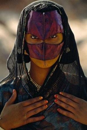 JAMES L. STANFIELD «Il mistero». Donna beduina dal volto coperto, nell'area di Hayma, Jiddat al Harsis, Oman