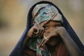 CHRIS JOHNS «Innocenza» Ritratto di una bambina boscimane nel villaggio di Nhorma, in Namibia