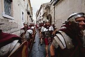 ALBERTO NOVELLI «In marcia» I centurioni del Gruppo Storico Romano a passeggio per le vie di Santa Maria Capua Vetere, Italia