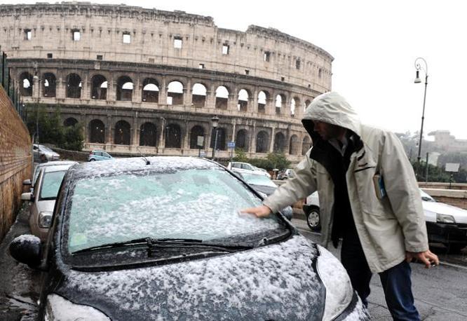 Nevicata su Roma: i fiocchi hanno attecchito anche in alcune zone del centro, vicino al Colosseo (foto Ansa)
