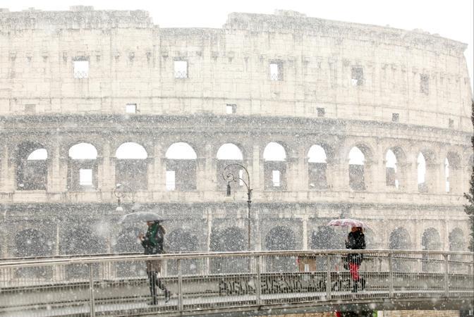 Nevicata su Roma: grossi fiocchi sono caduti venerdì 12 febbraio anche in alcune zone del centro (nella foto Anda, neve al Colosseo)