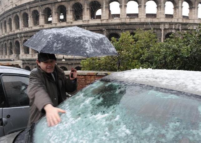 Nevicata su Roma: i fiocchi hanno attecchito anche in alcune zone del centro, intorno al Colosseo (foto Ansa)