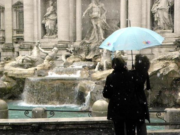 Nevicata su Roma: fiocchi anche su Fontana di Trevi (foto Ansa)