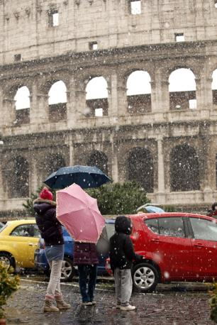 Nevicata su Roma: fiocchi fitti sul Colosseo (foto Lapresse)