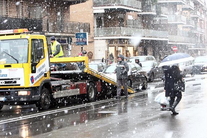 Nevicata su Roma: i fiocchi hanno attecchito anche in alcune zone del centro, ma soprattutto nelle periferie (nella foto Jpeg, neve a Boccea)