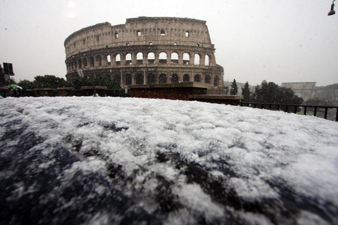 Nevicata su Roma: i fiocchi hanno attecchito anche in alcune zone del centro, vicino al Colosseo (foto Jpeg)