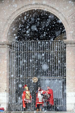 Nevicata su Roma: cancelli chiusi al Closseo, i turisti sono stati evacuati dall'anfiteatro intorno alle 11 per motivi di sicurezza (foto Jpeg)