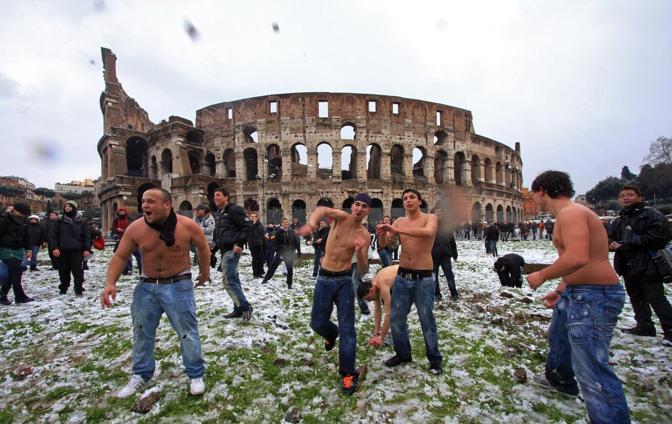 Guerra di palle di neve ma a torso nudo: al Colosseo (Jpeg)