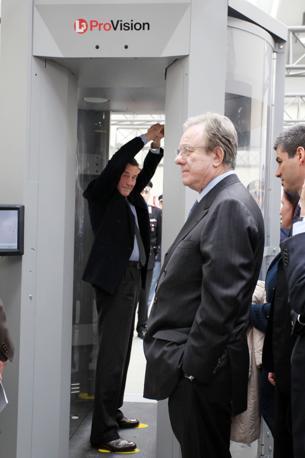 Il ministro Fazio nel body scanner. A destra, nella foto, il ministro dei Trasporti Altero Matteoli (Eidon)