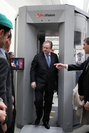 Il ministro Matteoli prova il body scanner (Eidon)