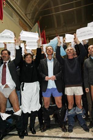 Alla protesta ha partecipato anche la presidente IX Municipio Susi Fantini che non si è tirata diù i pantaloni, ma ha indossato dei lunghi mutandoni bianchi(Jpeg)