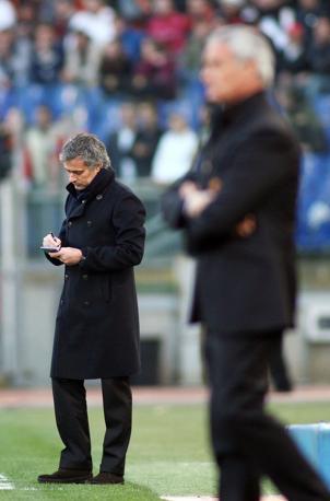 Roma-Inter 2-1:  José Mourinho (sullo sfondo) dopo il gol incassato dall'Inter. In primo piano, il mister giallorosso Claudio Ranieri (Ipa)