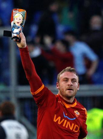 Roma-Inter 2-1:  De Rossi festeggia il parastinchi che gli ha portato la palla in rete (Reuters)