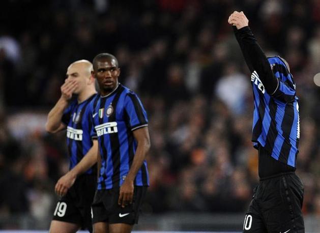 Roma-Inter 2-1:  Eto tra Cambiasso e Sneider (coperto dalla maglietta) (Afp)