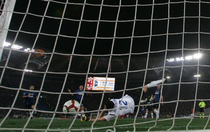 La palla di Toni entra nella rete alle spalle di Julio Sergio (Newpress)