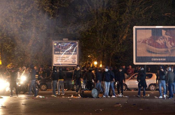 Gli scontri fuori dallo stadio subito dopo il derby Lazio-Roma vinto dai giallorossi  (Ansa)