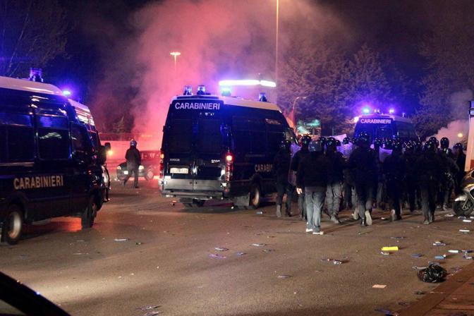 Gli scontri fuori dallo stadio subito dopo il derby Lazio-Roma vinto dai giallorossi (Omniroma)