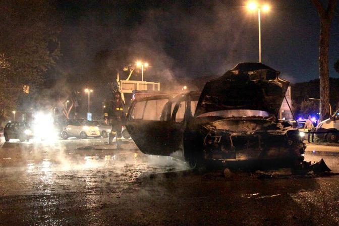 L'auto data alle fiamme con la donna di colore e i due bambini a bordo che sono riusciti a salvarsi aiutati dai pompieri (Omiroma)