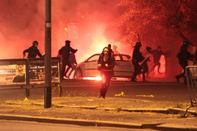 Una donna fugge dagli scontri fuori dallo stadio subito dopo il derby Lazio-Roma vinto dai giallorossi (Ominroma)