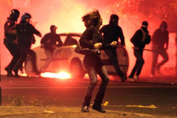 Polizia e tifosi armati di bastoni: una donna fugge dagli scontri fuori dallo stadio subito dopo il derby Lazio-Roma vinto dai giallorossi (Ominroma)