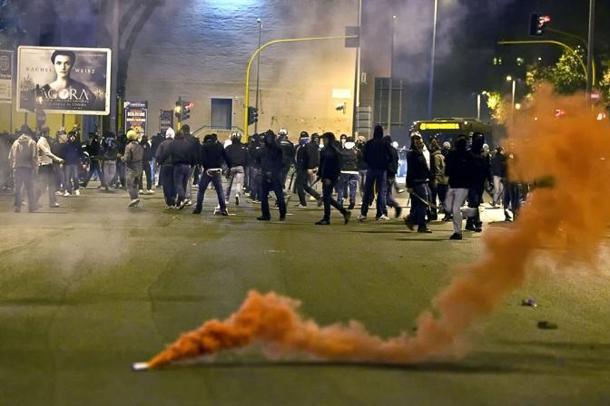 Gli scontri fuori dallo stadio subito dopo il derby Lazio-Roma vinto dai giallorossi  (Eidon)