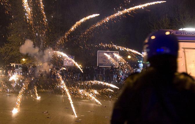 Lancio di petardi negli scontri fuori dallo stadio subito dopo il derby Lazio-Roma vinto dai giallorossi  (Eidon)
