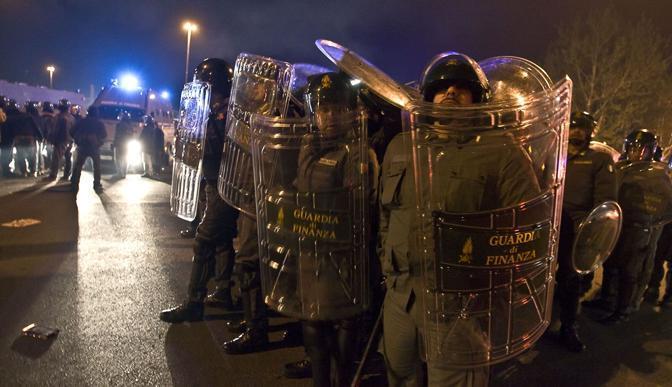 Gli scontri fuori dallo stadio subito dopo il derby Lazio-Roma vinto dai giallorossi: polizia in assetto antisommossa  (Eidon)
