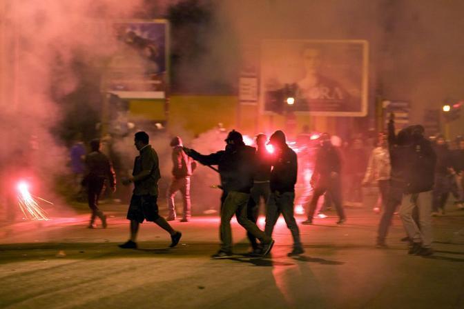 Gli scontri fuori dallo stadio subito dopo il derby Lazio-Roma vinto dai giallorossi: tifosi con bastoni   (Eidon)