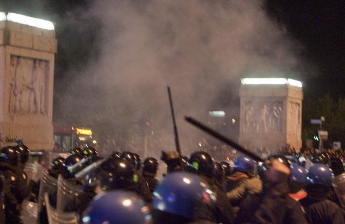 Gli scontri fuori dallo stadio subito dopo il derby Lazio-Roma vinto dai giallorossi: la polizia agita i manganelli  (Ansa)