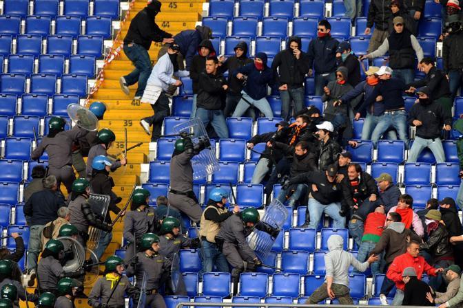 Gli scontri tra agenti della Guardia di Finanza e tifosi (foto Ansa)